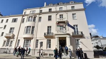 Agresszív londoni ügyvédi irodával gyakorol nyomást a külföldi lapokra a magyar nagykövetség