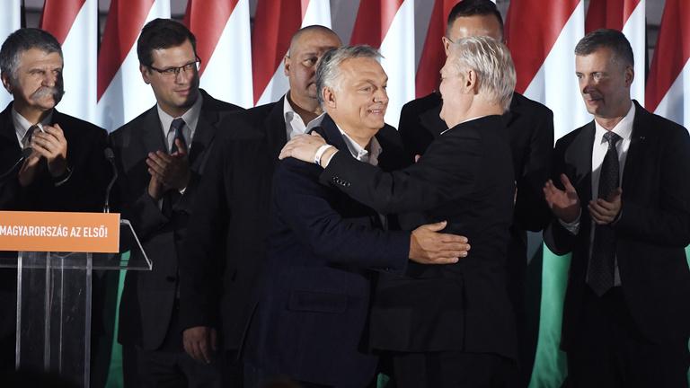 A választás után Orbán látványosan hátrébb lépett