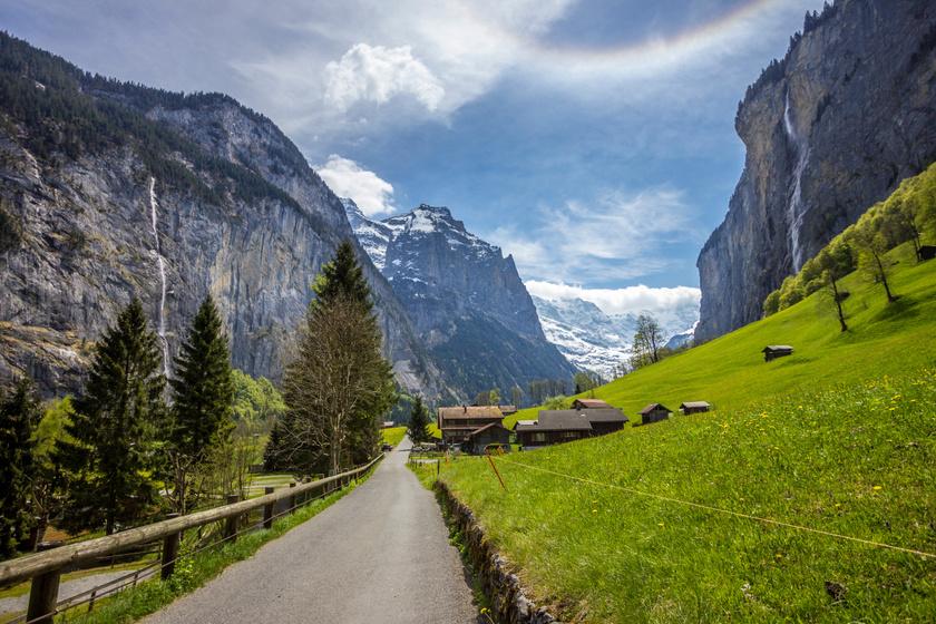 Lauterbrunnen egy álomszép völgyben fekszik monumentális hegyek közvetlen szomszédságában.