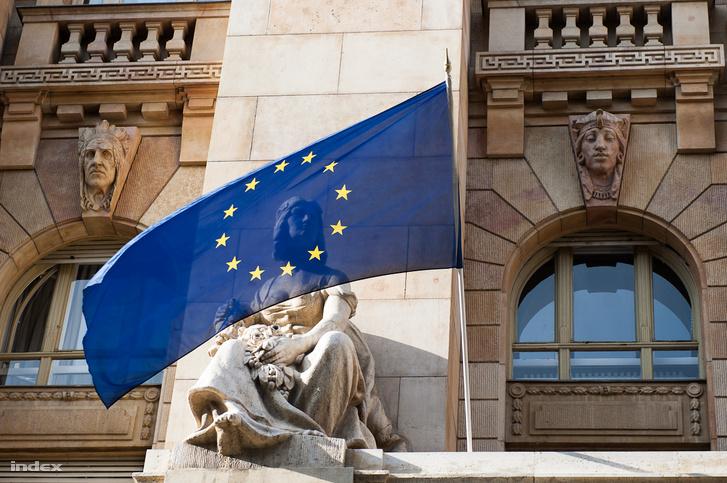 EU-zászló a Magyar Nemzeti Bank homlokzatán