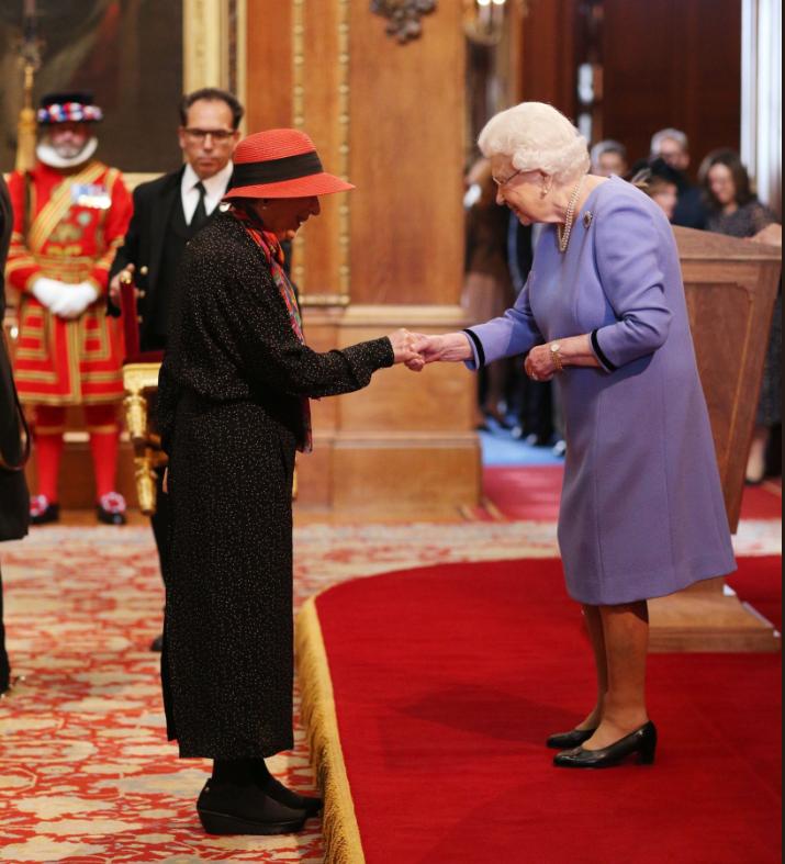 A királynő a brit becsületrend tagjává avatja Margaret Atwood kanadai írónőt 2019. október 25-én