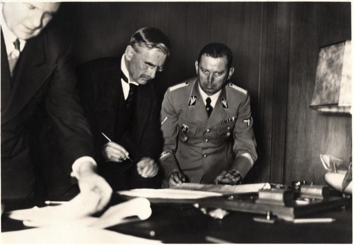 Chamberlain aláírja az egyezményt