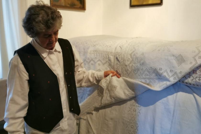Kovács Ferencné bemutatja a recski hímzést a tájház tisztaszobájában.