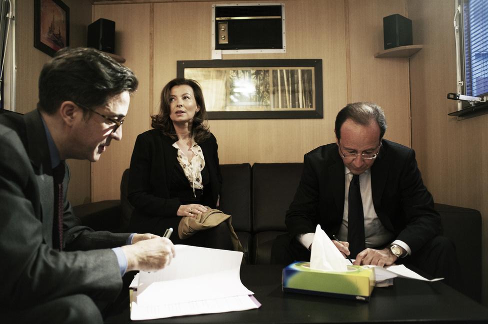 Francois Hollande Akilino és felesége társaságában átolvassa beszédét, mielőtt a pódiumra lépne Bourget-ban. 2012. január 22. vasárnap.