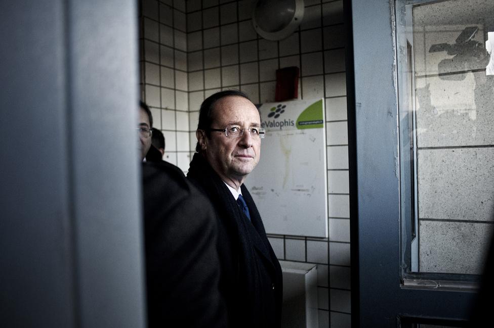 Bonneuil sur Marne, a 94. megyében. Francois Hollande kilép egy épület előcsarnokából. 2012. február 20.