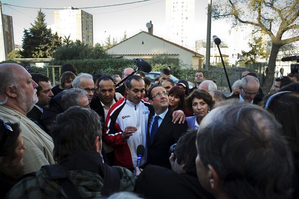 Francois Hollande a La Seyne sur mer városrész lakóival beszélget Toulon külvárosában. 2012. január 22.
