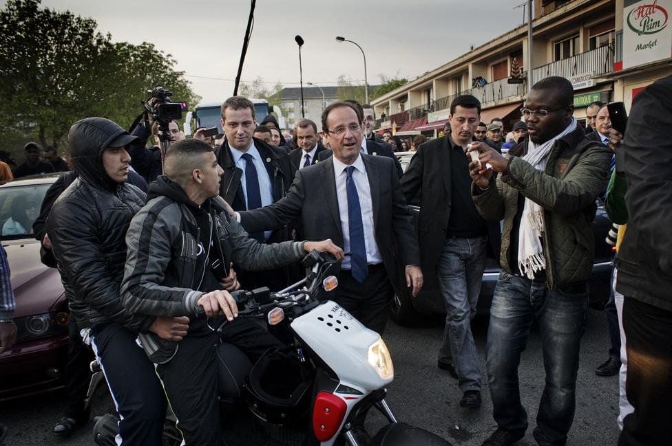 Két nap a külvárosban. Francois Hollande a Creil városrészben, az egyik párizsi külvárosban. 2012. április 6.