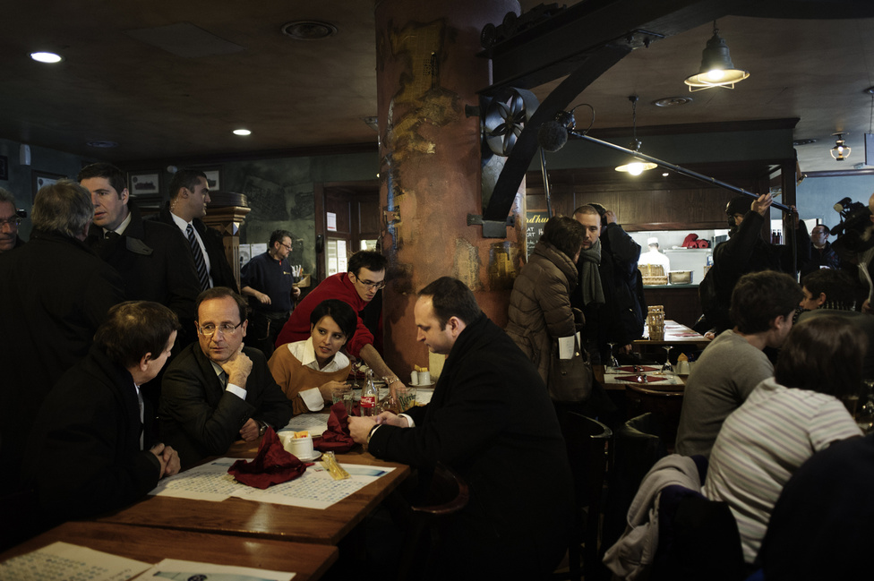 Az átszállásnál a kampánycsapat megáll egy kávéra az egyik pályaudvaron. 2012. február 14.