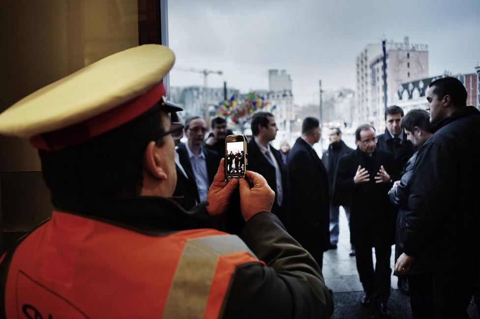 A francia állami vasúttársaság (SNCF) egyik jegyszedője fényképet készít Francois Hollande-ról a Saint Étienne-i pályaudvaron. 2012. február 14.