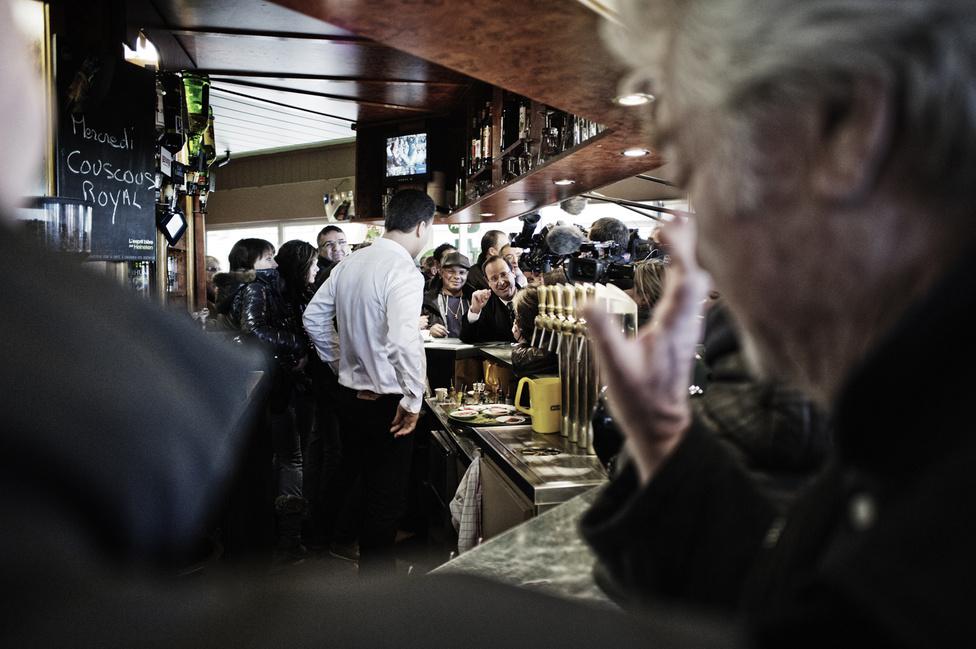 Francois Hollande belép egy bárba Bonneuil sur Marne városrészben. 2012. február 20.