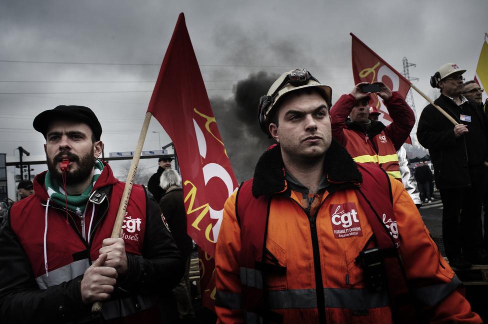 A Métal Europe üzemének munkásai várják Francois Hollande érkezését Florange-nél. 2012. február 24.