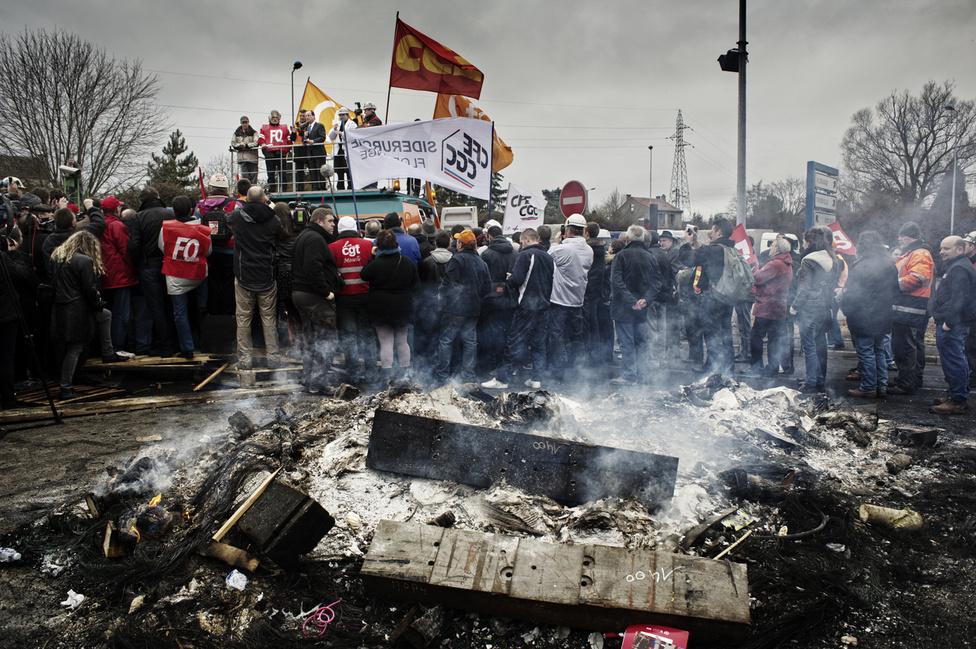 Francois Hollande fellép a Métal Europe szakszervezeteinek kamionjára, hogy a munkásokhoz szóljon. 2012. február 24.