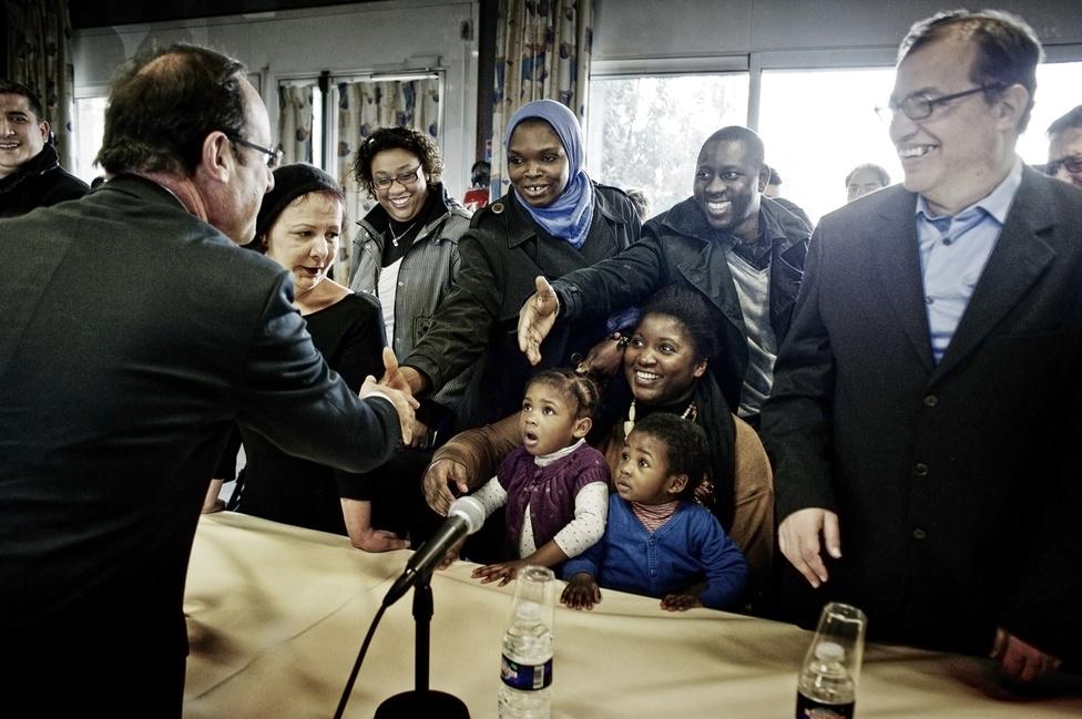 Francois Hollande lakosokkal és a közélet képviselőivel találkozik a városházán Bonneuil sur Marne-ban. 2012. február 20.