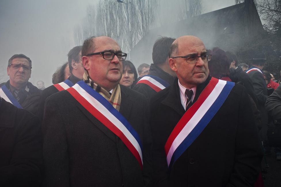 A helyi tisztviselők várják Francois Hollande érkezését a Métal Europe üzeme előtt Florange-nál. 2012. február 24.