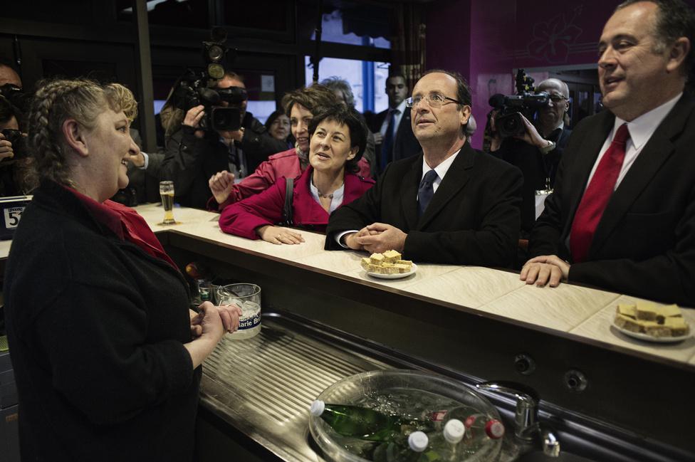 Francois Hollande megáll inni egy Perrier-t Valence-ban. 2012. március 13.
