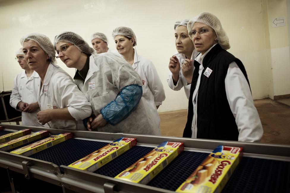 A munkások Croustibat-ban várják Francois Hollande érkezését. 2012. március 27.
