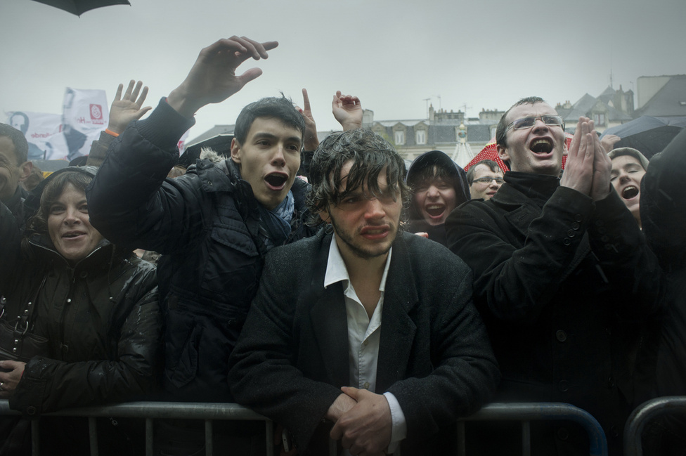 Gyűlés Quimperben. Az emberek három órán át várták Francois Hollande-ot az esőben és szélben.