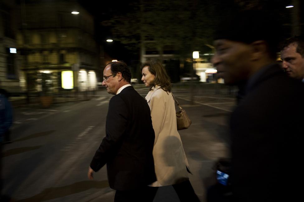 Francois Hollande távozik az élettársával, miután véget ért az utolsó gyűlés is Périgueux-ben. Éjfélkor a kampány hivatalosan is lezárult. 2012. május 4