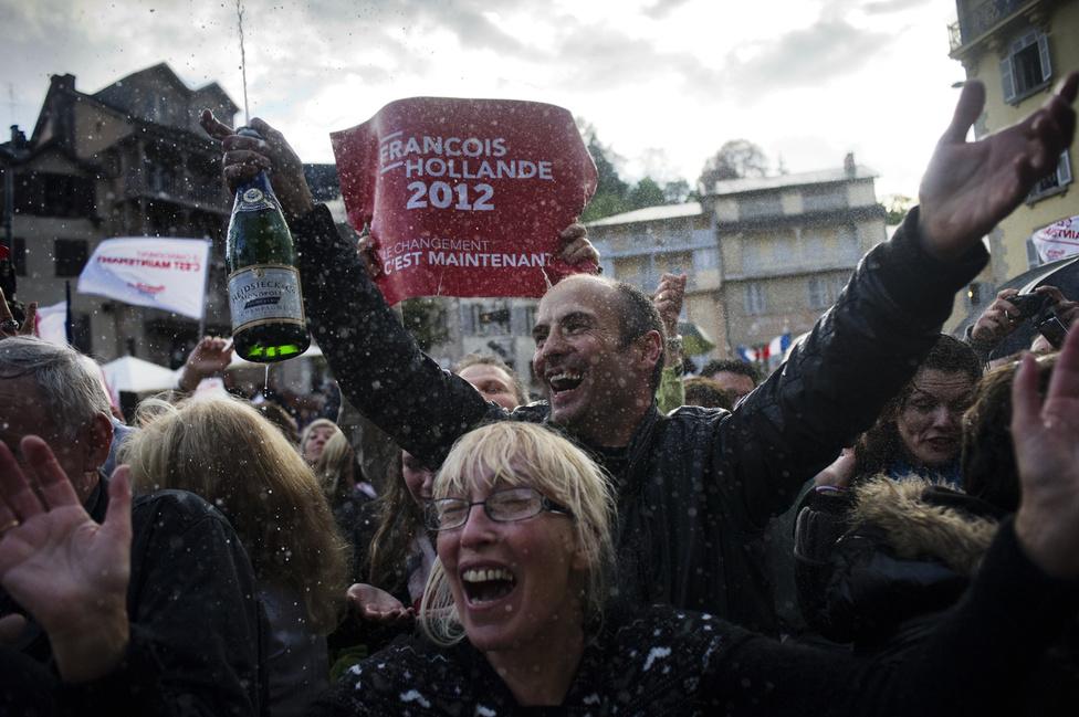 Tulle lakói a Correze területen most tudták meg Francois Hollande győzelmét a 2012-es elnökválasztásokon. 2012. május 6.