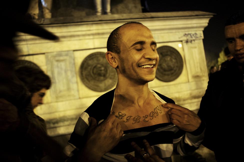 : A Bastille tér, Francois Hollande megtartotta első beszédét Párizsban győzelme után. Egy fiatal a Liberty szót írta a mellkasára. 2012. május 6.