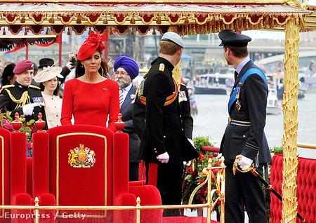 Singh Rana Katalin hercegné mögött látható kékben