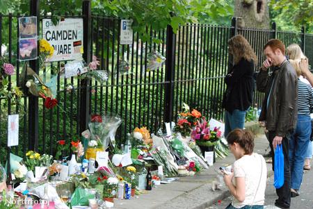 Amy Winehouse háza előtt gyászolók