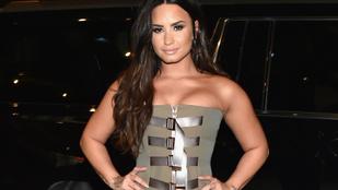 Demi Lovato halloween-i jelmezt öltött, gigadekoltázs is tartozott hozzá
