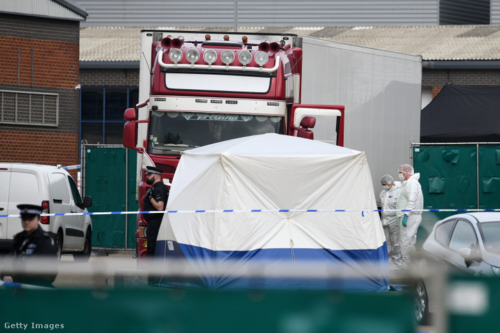 Rendőrök és helyszínelők vizsgálják azt a bolgár rendszámú kamiont, amelynek rakterében harminckilenc holttestet találtak a délkelet-angliai Thurrock városának ipari parkjában 2019. október 23-án