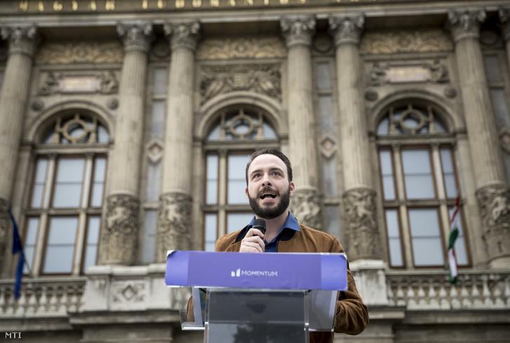 Berg Dániel elnökségi tag beszédet mond a Momentum Mozgalom Álljunk ki a tudásért! címmel a tudományos élet függetlenségéért tartott tüntetésén a Magyar Tudományos Akadémia előtt 2018. június 22-én