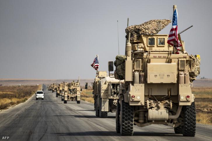 Amerikai csapatok vonulnak egy szíriai országúton 2019. október végén.