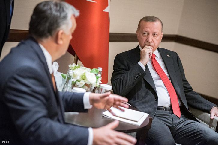 A Miniszterelnöki Sajtóiroda által közzétett képen Orbán Viktor kormányfő (b) és Recep Tayyip Erdogan török elnök találkozója Bakuban 2019. október 14-én.