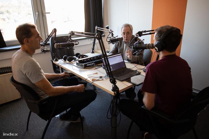 Dr. Virányi Péter (középen) beszél a podcast felvételén