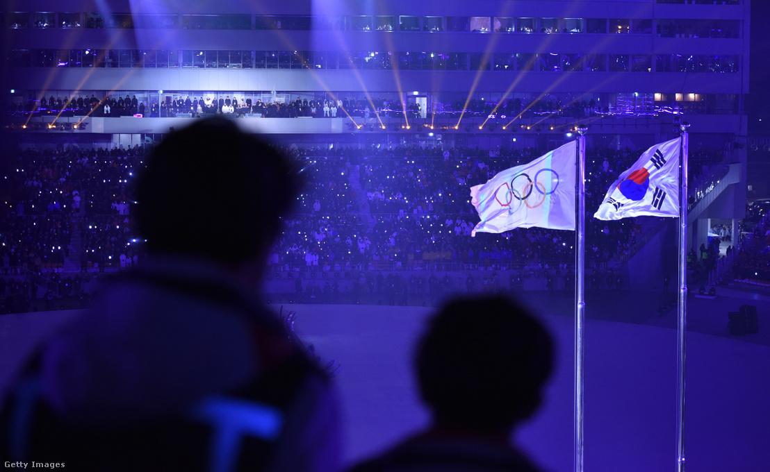 Az olimpiai és a dél-koreai zászlók a téli olimpia megnyitóján