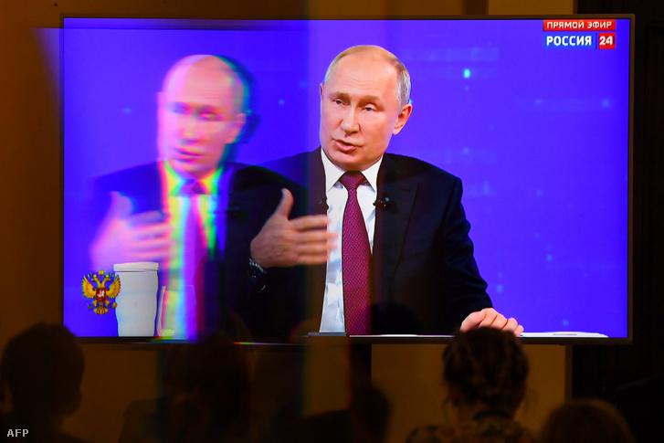 Újságírók követik Vlagyimir Putyin éves televíziós telefonbeszélgetését a nemzettel egy moszkvai sajtóközpontban
