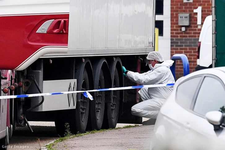 Helyszínelő dolgozik a délkelet-angliai Thurrock városának ipari parkjában 2019. október 23-án annál a bolgár kamionnál, amiben a hatóságok harminckilenc holttestet találtak