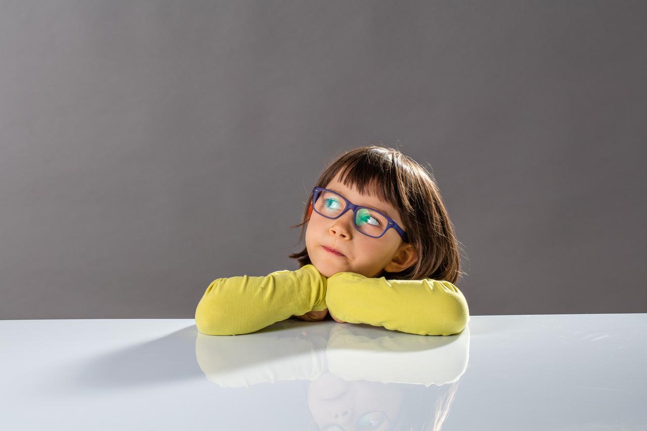 kisgyerek-sarga-puloverben