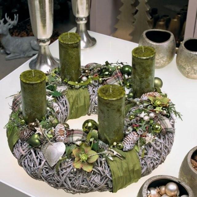 A zöld és az ezüstszín uralja ezt a koszorút. Az alapot dekor- vagy virágüzletben szerezheted be, de fenyőágakkal és mohával is díszítheted. A koszorúba színt visznek az alig észrevehető piros vagy bordó színű apró kiegészítők.