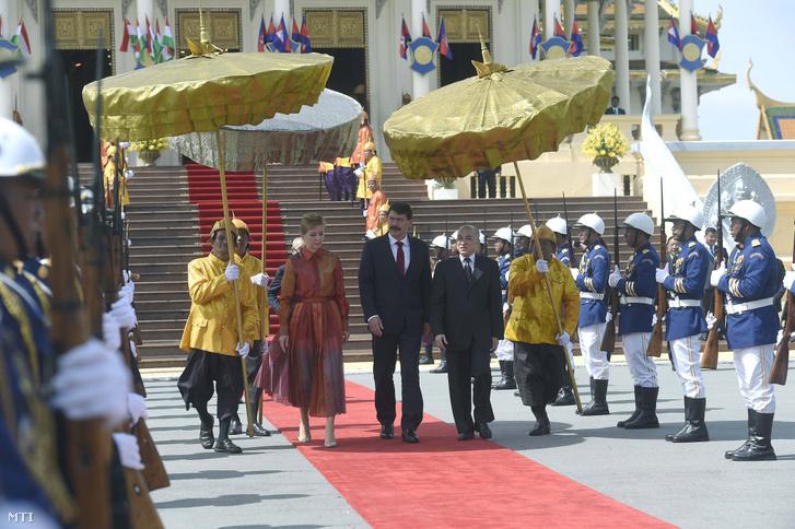 Norodom Szihamoni kambodzsai király fogadja Áder János köztársasági elnököt (k) és feleségét, Herczegh Anitát a királyi palotában Phnompen 2019. szeptember 28-án.