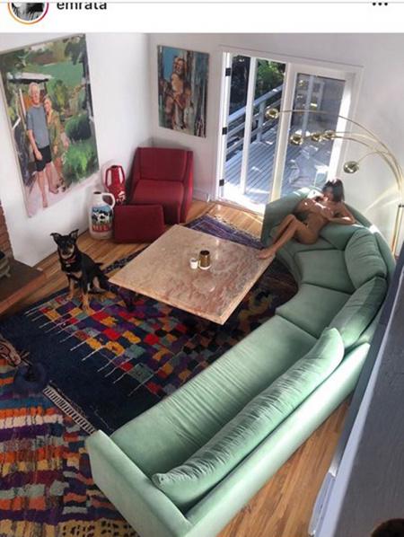 Ratajkowski a nappaliban.