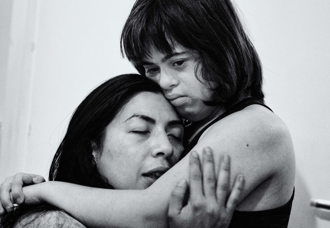 Maria műtétre vár, előzetesen egy csomó vizsgálatot végeztek el rajta a kórházban. Este kimerülten ölelik egymást édesanyjával, Annalisával.