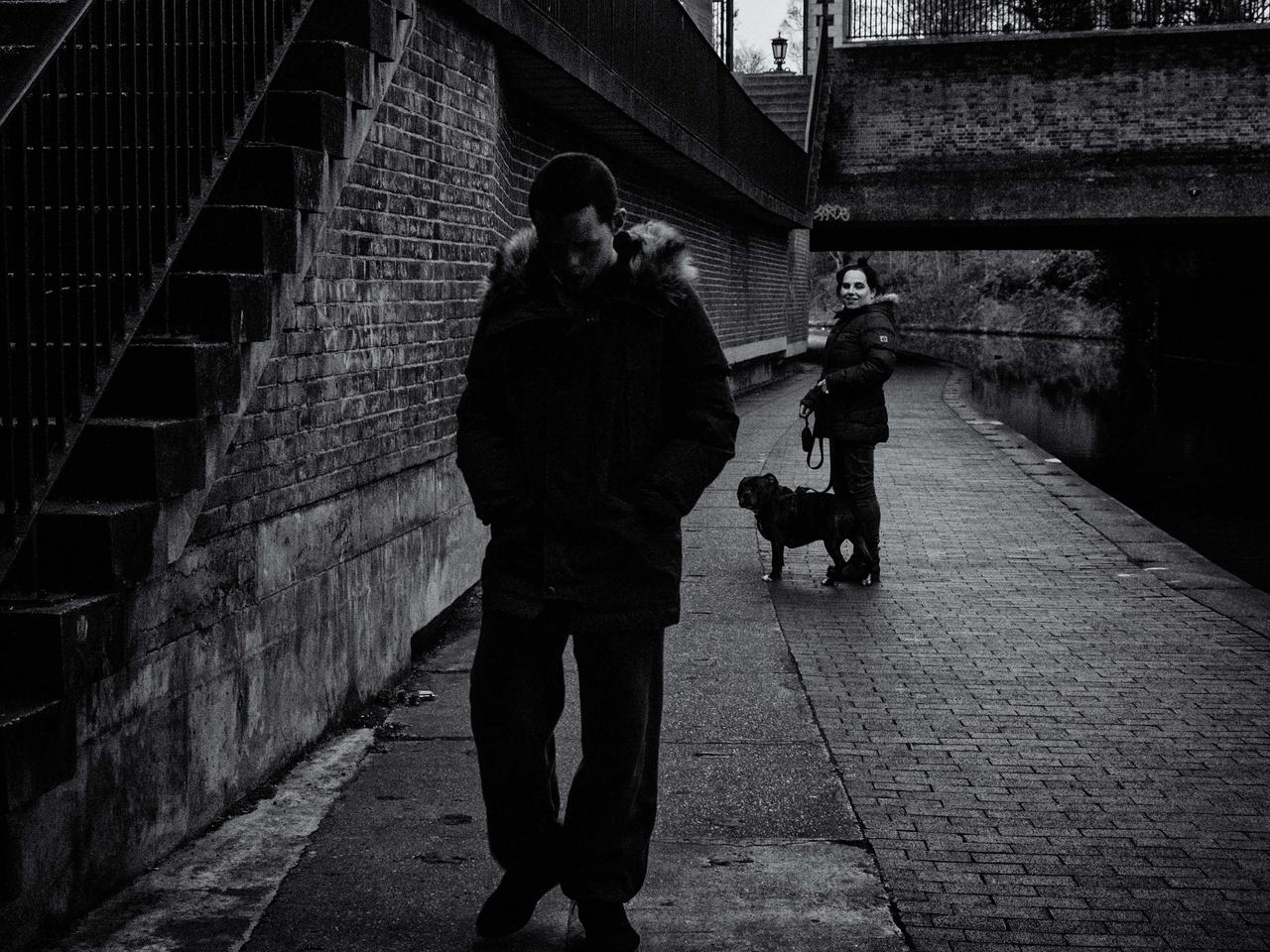Tracey 18 éves fiával, Jamesel sétál a Regents csatorna mentén. Mivel fia súlyosan autista, egy pillanatra sem hagyhatja magára.