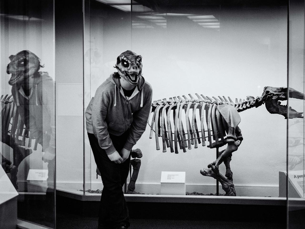 Az autizmussal élő tinédzser Kallan kedvenc helyszínén, a londoni Természettörténeti Múzeumban játszik dínósat.