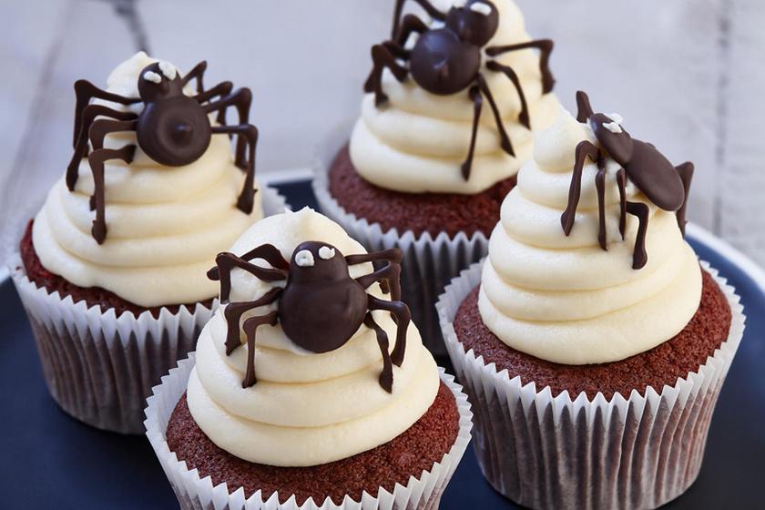 Halloweeni cupcake – Csokipók csücsül a rémes finomság tetején