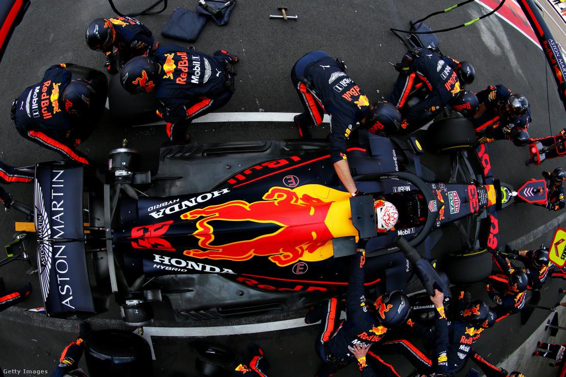 Max Verstappen a Red Bull pilótája kerékcserén a mexikói nagydíjon 2019. október 27-én