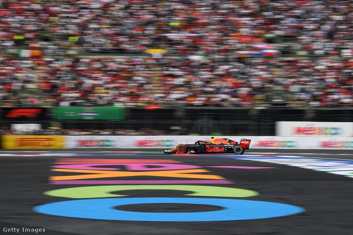Max Verstappen versenyez Mexikóban 2019. október 27-én