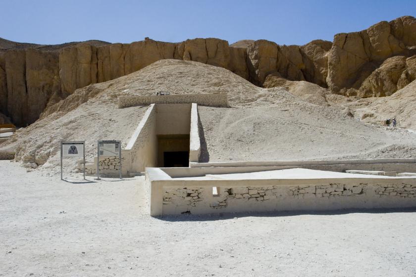 Sírkamrája a Királyok Völgye 62. számú sírkamrája, melyre Howard Carter 1922-ben talált rá, mit sem sejtve.