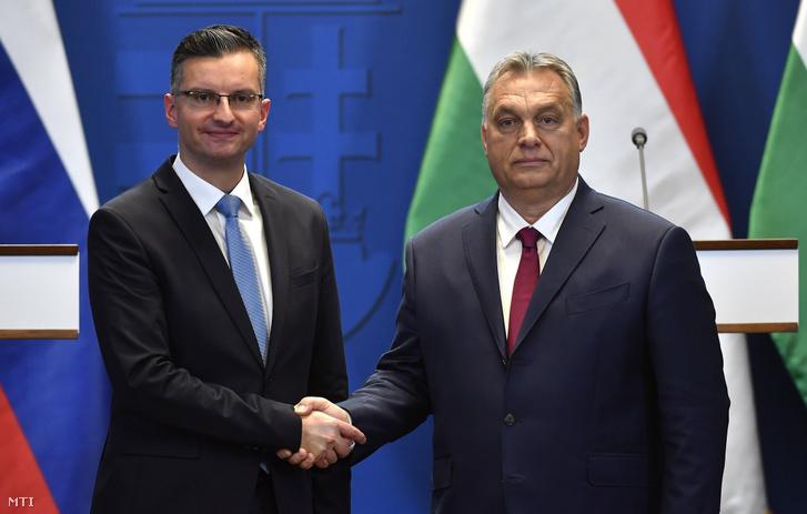 Orbán Viktor miniszterelnök (j) és Marjan Sarec szlovén kormányfő kezet fog a hivatalos tárgyalásuk után tartott sajtótájékoztatón Budapesten.