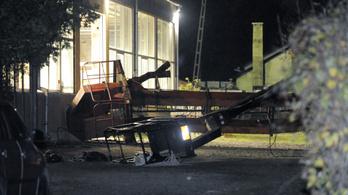 Felborult egy daru Gödön, két munkás lezuhant, egyikük meghalt