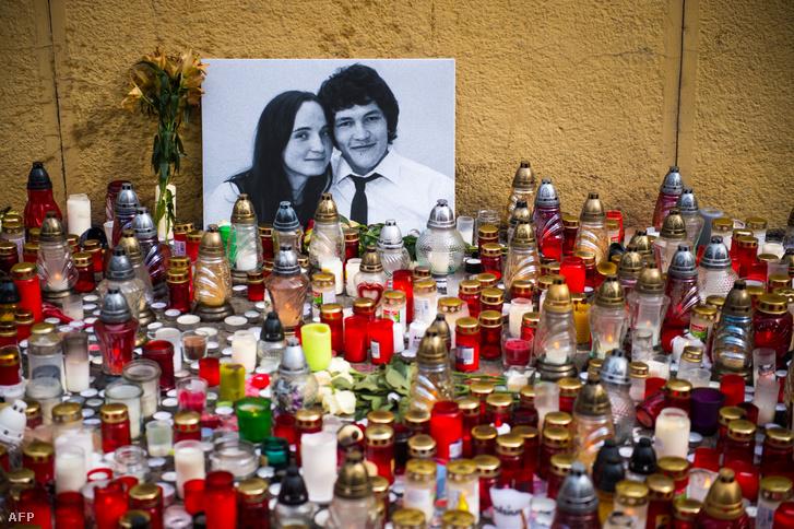 A meggyilkolt Jan Kuciak és barátnője Martina Kusnirova képe az emlékükre gyújtott mécsesek között Pozsony központjában 2018. február 27-én