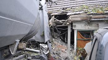 Családi háznak csapódott egy kamion Dabason